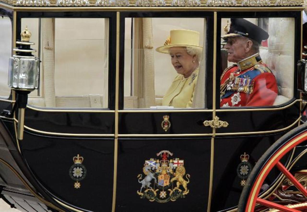 La Reina Isabel II busca lavaplatos, paga casi mil 900 dólares al mes