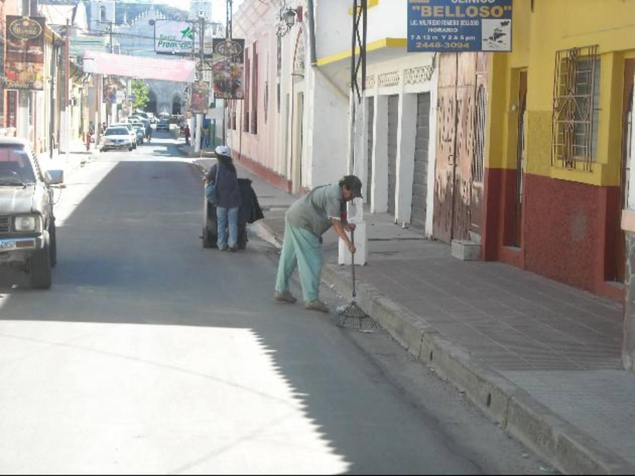 Los más afectados con la falta de insumos son quienes recogen la basura de las calles. Foto EDH / Milton jaco