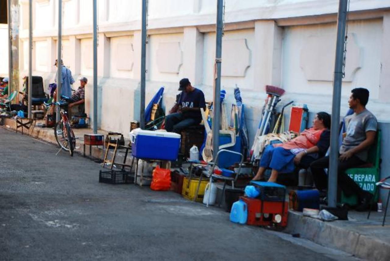 Alcaldía creó las condiciones para que trabajaran con comodidad en la calle detrás de catedral. foto edh / francisco torres