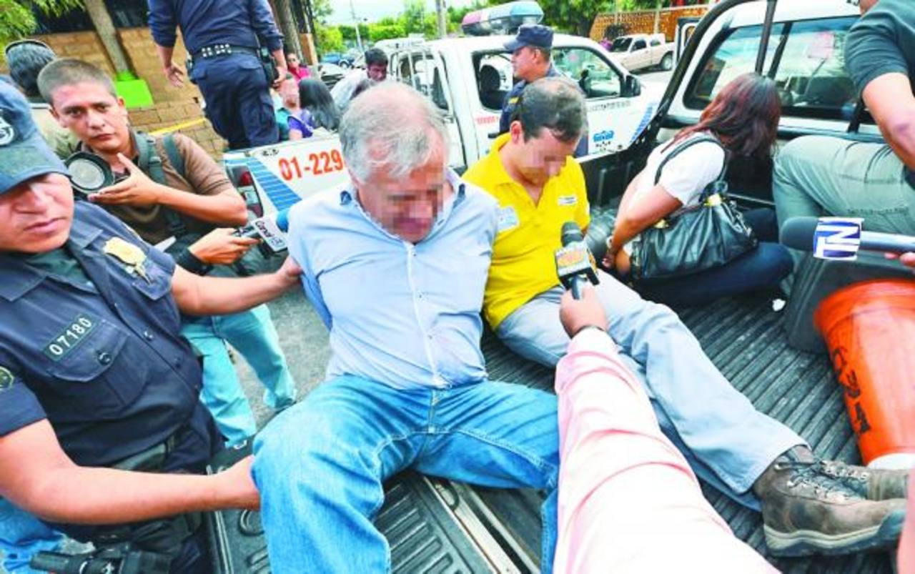 Policías trasladan a cuatro de las nueve personas detenidas por las autoridades antinarcóticas. El individuo de camisa amarilla es un supuesto ingeniero guatemalteco. fotos edh /jaime anaya