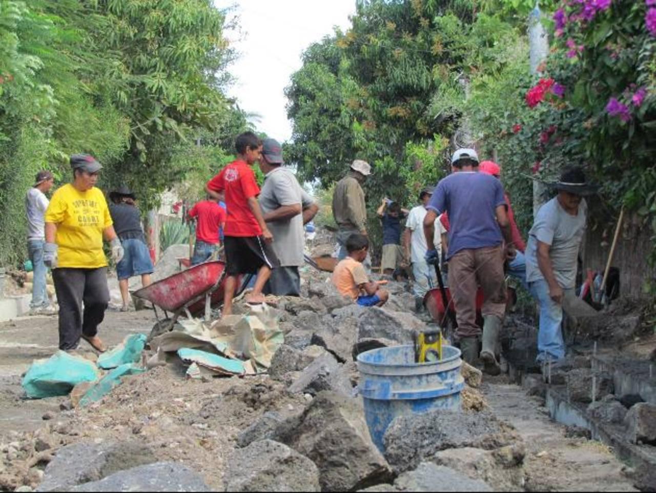 Numerosas personas trabajan en la obra que debe ser terminada antes que se inicie la estación lluviosa. Muchas viviendas del sector resultan inundadas en cada invierno, según señalan los afectados. foto edh / mauricio guevara