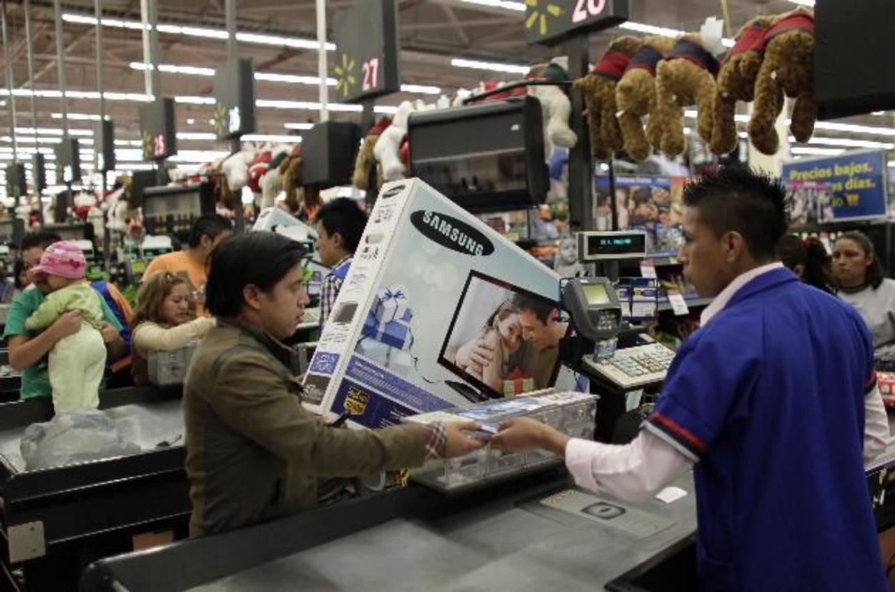 Los mexicanos aumentaron sus compras en los últimos días, esperanzados por una mejor economía. foto edh /archivo