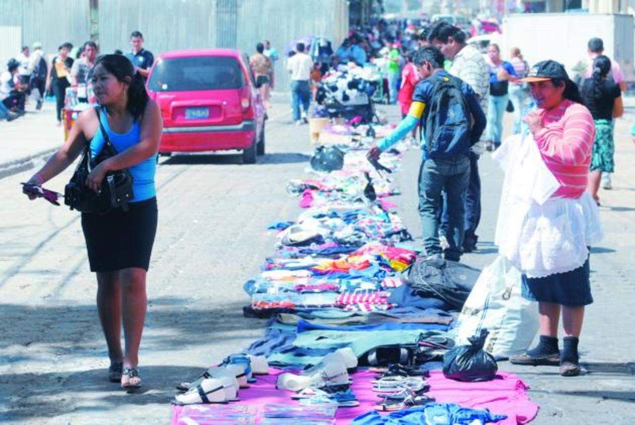 Los vendedores mantendrán sus mercaderías sobre la calle y no podrán levantar ningún tipo de estructura. Lo más que pueden hacer es ubicar sombrillas. Foto edh / Douglas Urquilla