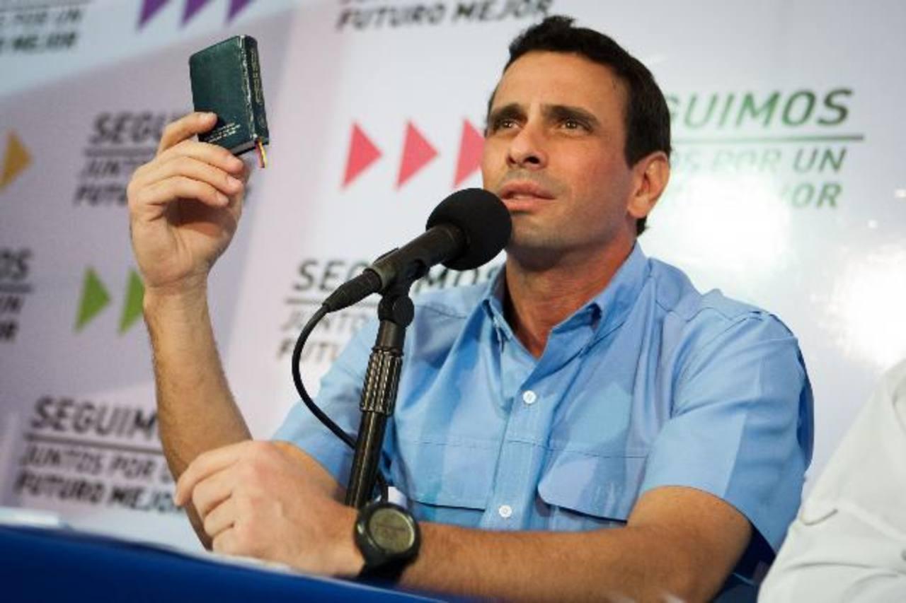 """El líder de la oposición, Henrique Capriles, dice que la Constitución es """"clara"""" al establecer que en caso de ausencia del presidente el día 10 de enero debe asumir el titular de la Asamblea Nacional y puntualizó que Nicolás Maduro """"no fue electo""""."""
