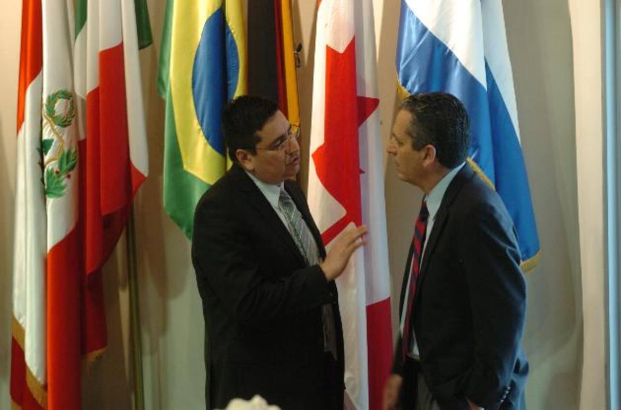 Los diputados Douglas Avilés, de CD (izquierda), y Edwin Zamora, de ARENA, conversan en la Asamblea. Foto EDH / jorge reyes