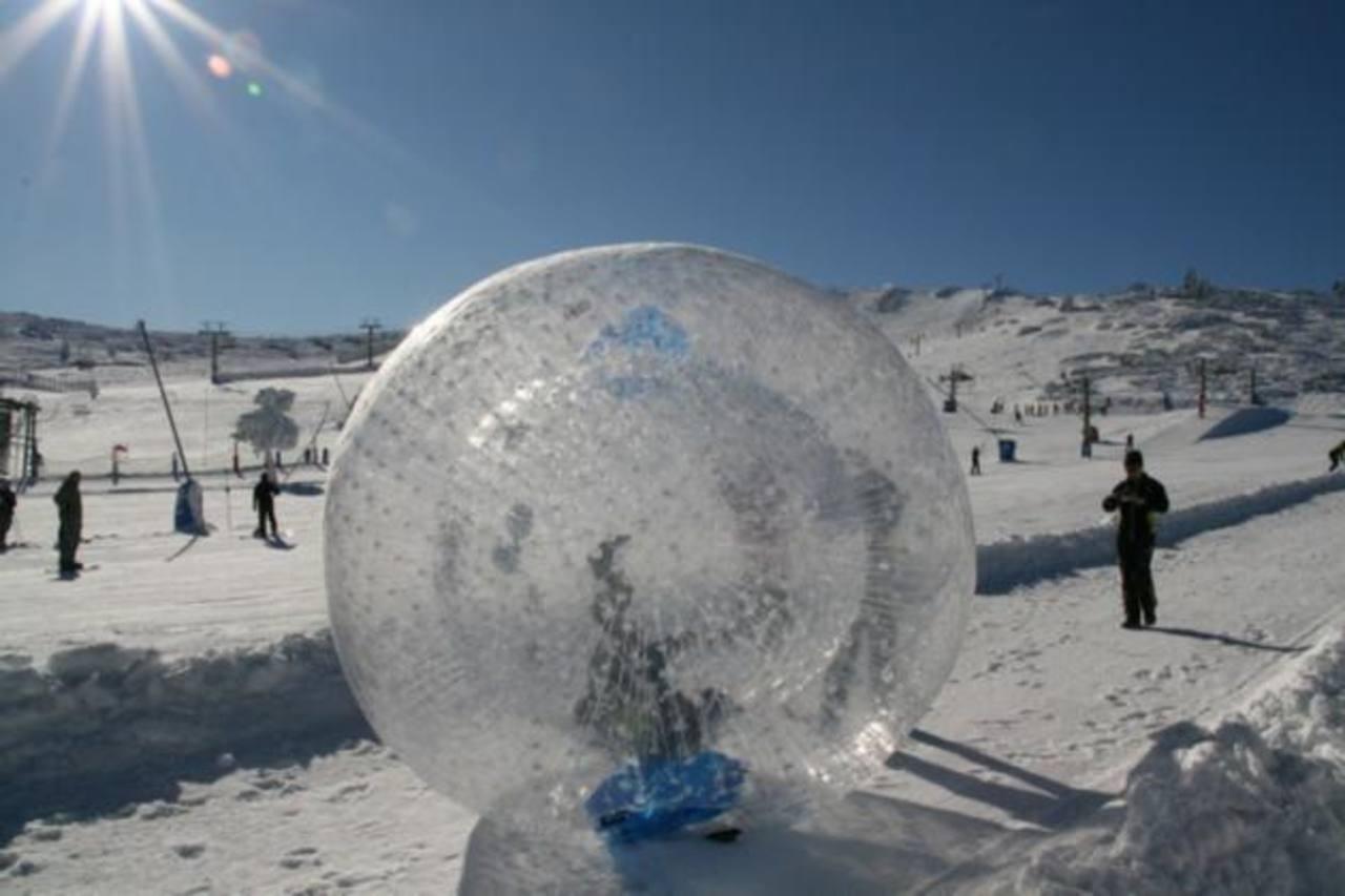 Muere tras rodar montaña abajo en bola plástica