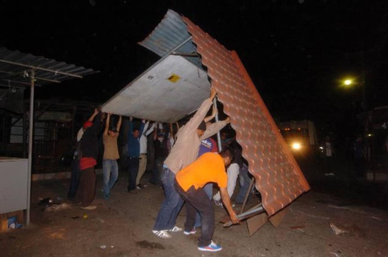 Personal municipal desmonta algunos puestos que quedaron pendientes. foto edh / jorge reyes