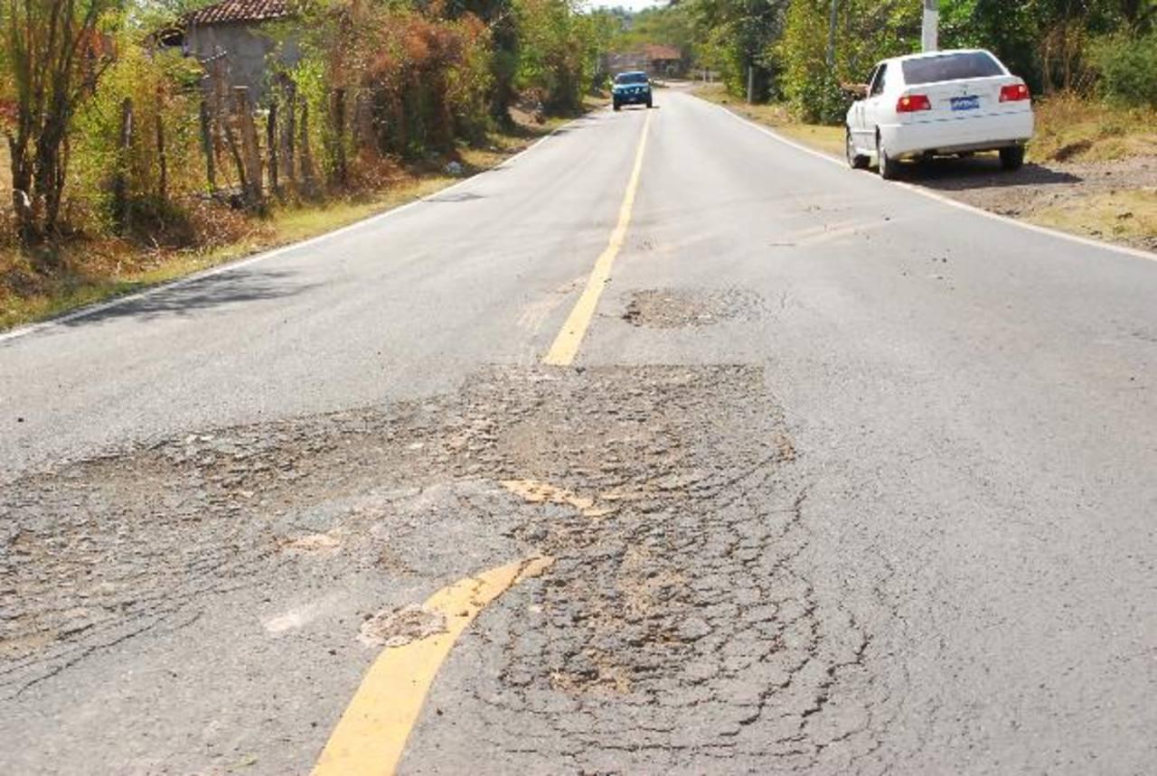 Parte de los daños que se encuentran en la carretera finalizada en julio del año pasado. Foto edh / Insy Mendoza