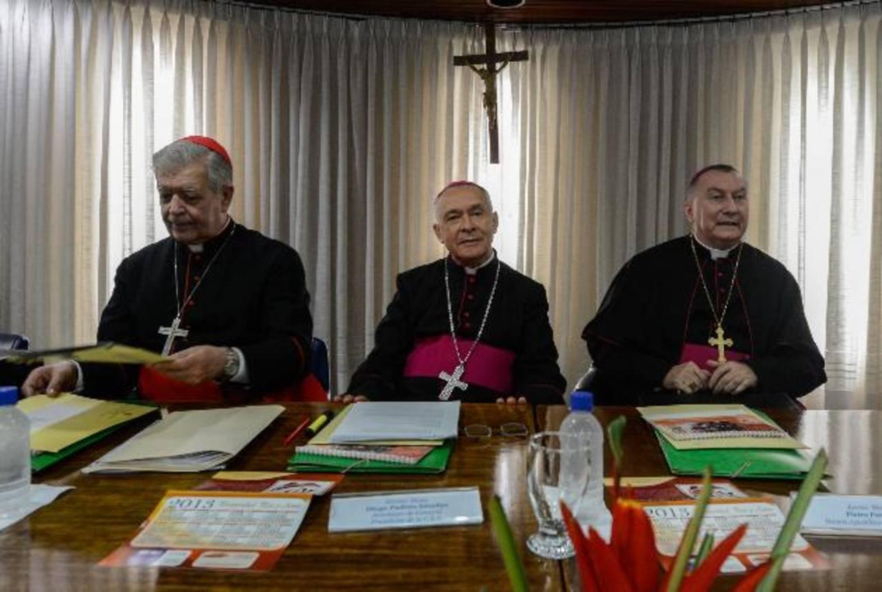 Monseñor Diego Padrón (centro) se reunió ayer con los medios venezolanos acompañado del cardenal Jorge Urosa Savino (izquierda) y el obispo Prieto Parolin en la ciudad de Caracas (Venezuela). foto edh / efe