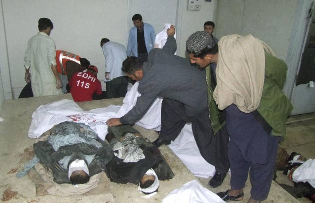Hombres observan los cadáveres de un doble atentado con bomba ocurrido en Quetta en una morgue de esta ciudad paquistaní. foto edh / efe