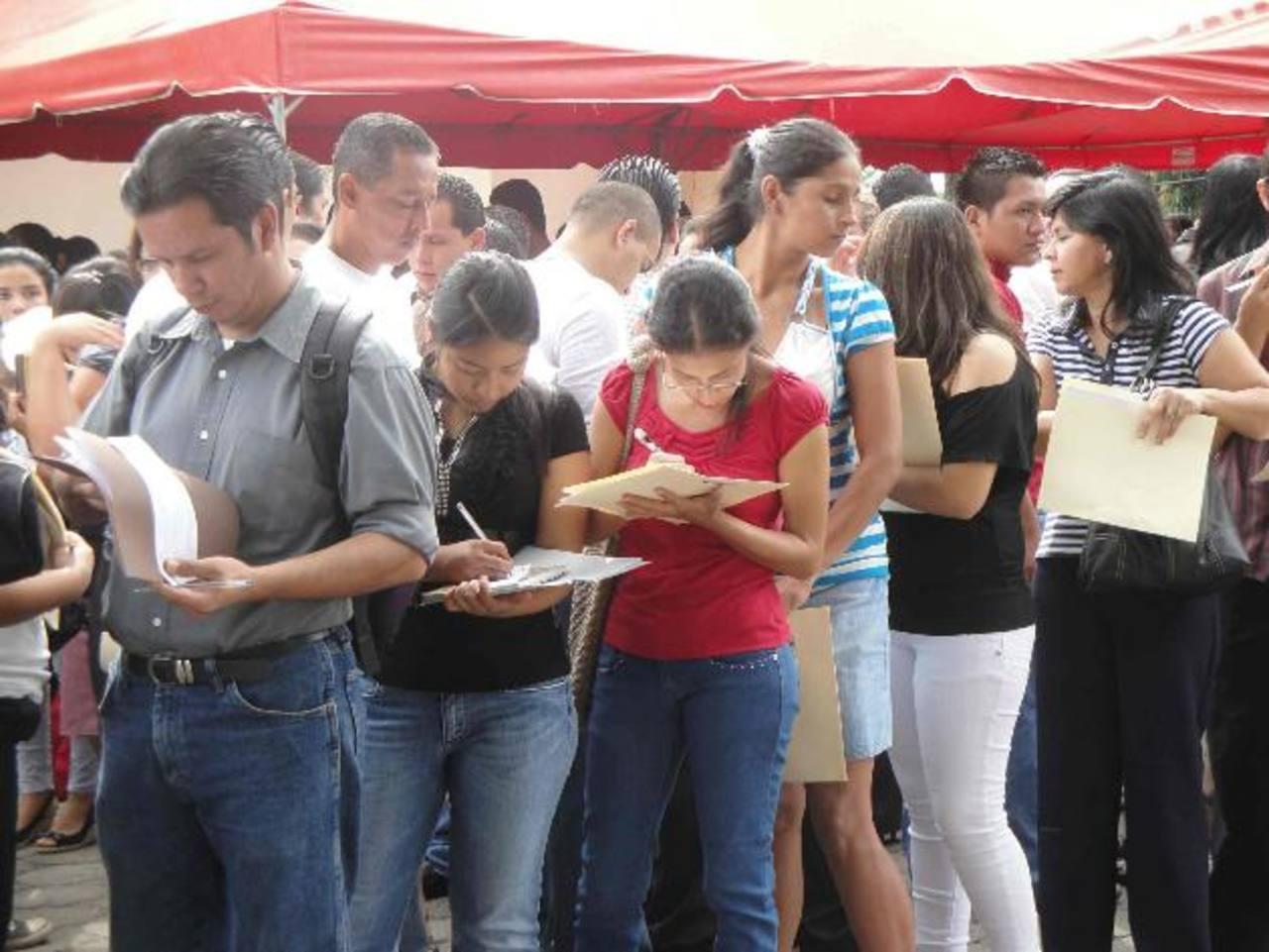 Los aspirantes esperan conseguir un trabajo con las ofertas de empleos que se llevan a la ciudad. Foto EDH / archivo