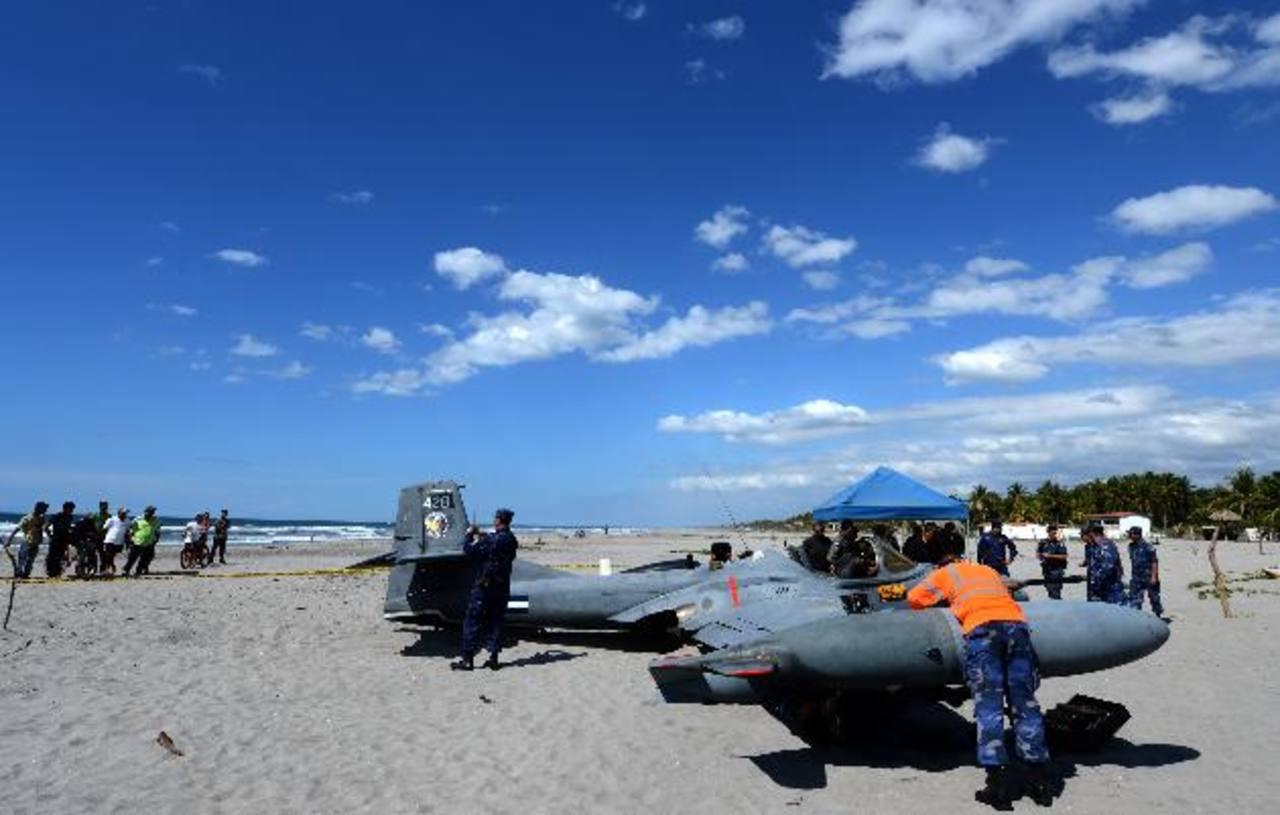 La avioneta modelo A-37 aterrizó sin mayores problemas en la Costa del Sol. Foto EDH / Mario Amaya.