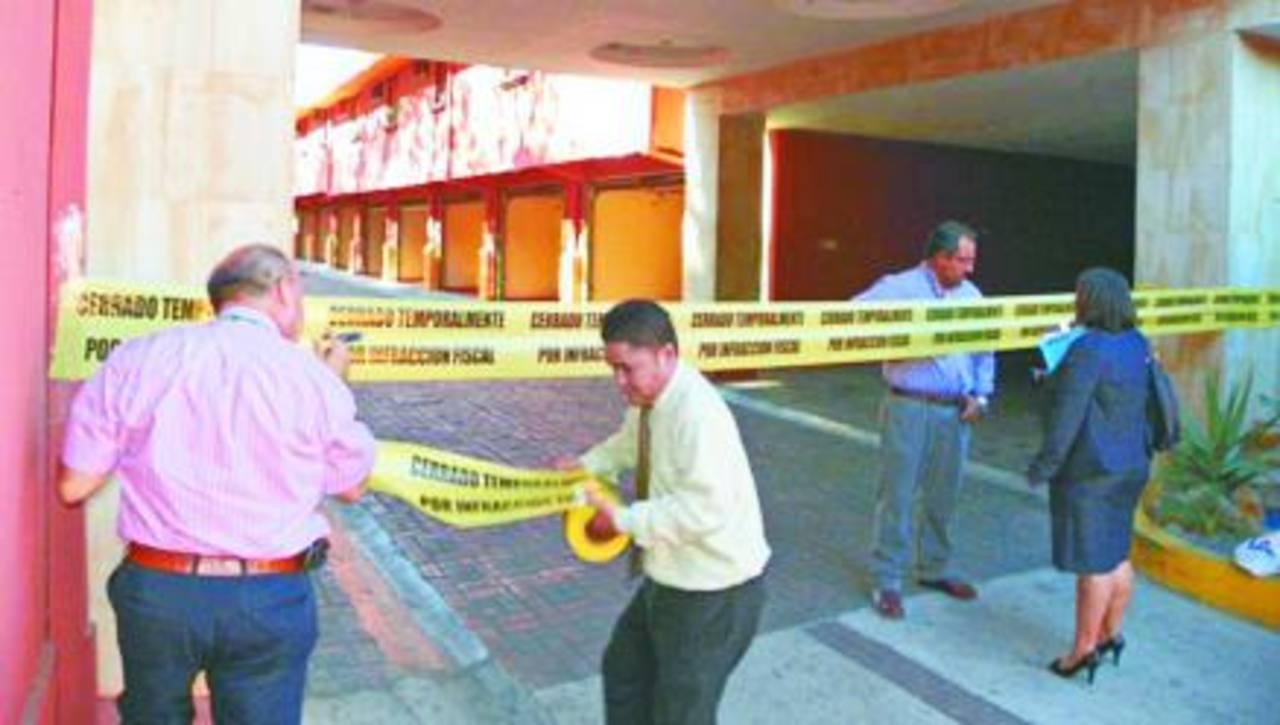 El establecimiento comercial está situado sobre el bulevar Constitución, en San Salvador.