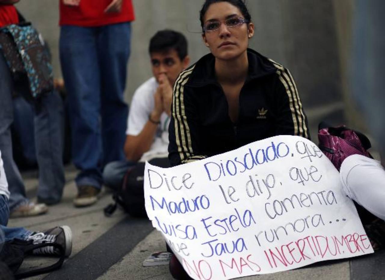 Un grupo de estudiantes se manifestó ayer en Caracas (Venezuela) para exigir respeto a la Constitución venezolana.