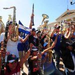 Jóvenes de la Banda El Salvador a su llegada a la Plaza Gerardo Barrios en la capital. Ahí los esperaban concentrados sus familiares y amigos para darles una calurosa bienvenida.