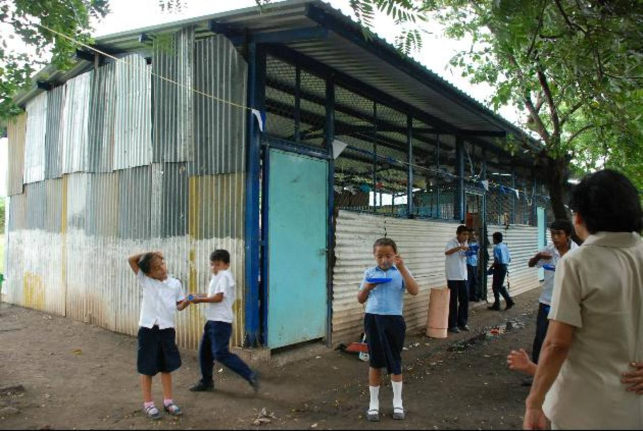 Fachada de la escuela de la Lotificación Las Delicias. Los 160 alumnos inscritos reciben sus clases bajo esas láminas soportando las inclemencias del tiempo en oriente. fotos edh / lucinda quintanilla
