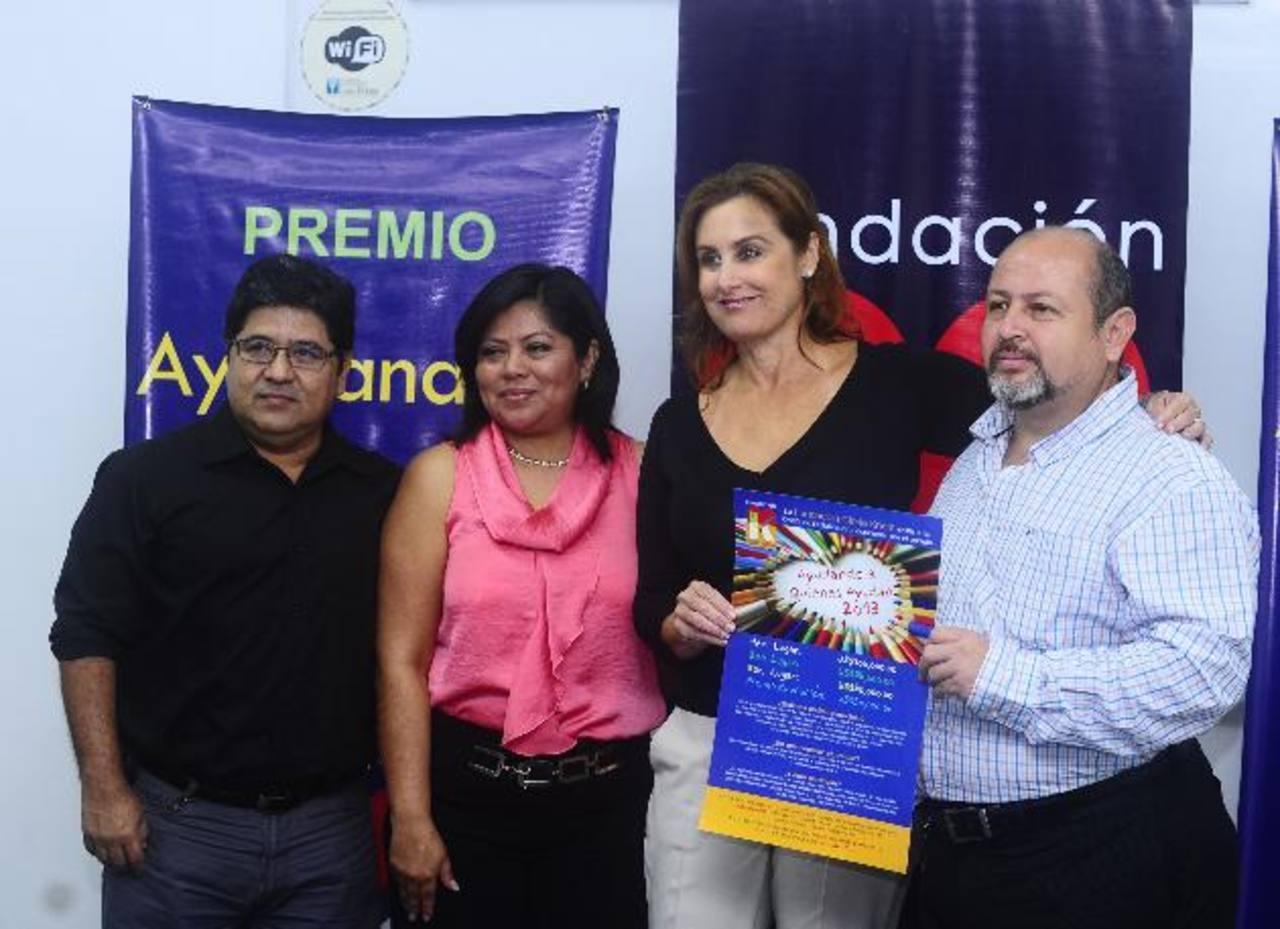 Celina de Kriete junto a los ganadores del premio del año pasado, en el anuncio del concurso de este año. Foto EDH / omar carbonero