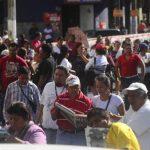 Los vendedores se mantuvieron frente a la Catedral Metropolitana durante una hora y media. Los inconformes bloquearon la calle Rubén Darío y reventaron morteros de alto poder. Fotos EDH / Omar carbonero