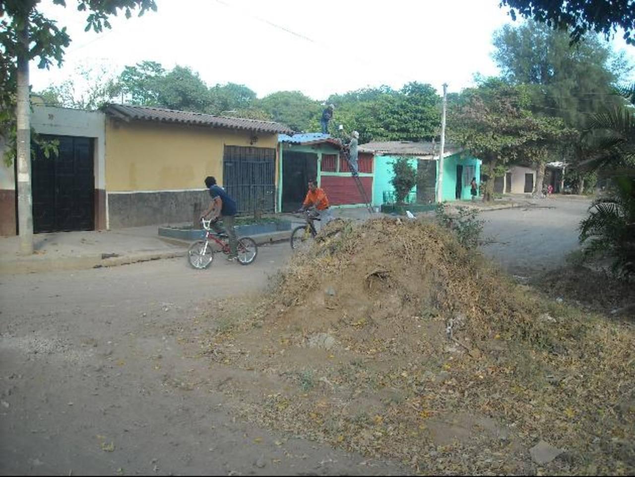 Un abultado montículo de tierra genera problemas a los automovilistas que transitan por este sector. Foto EDH / Milton jaco