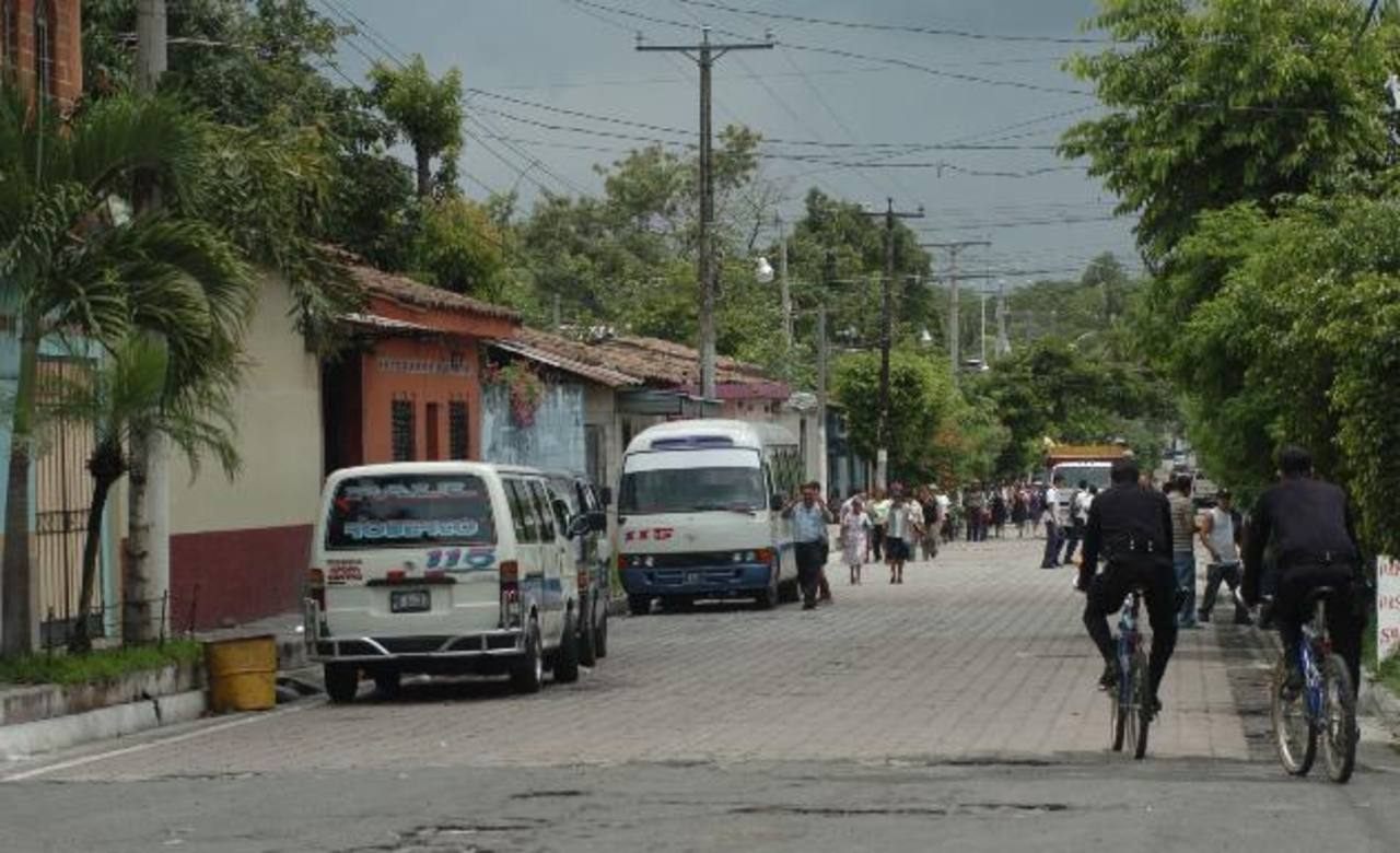 En el municipio de Tonacatepeque la Fuerza Armada mantiene patrullajes rutinarios en el casco urbano. Foto EDH / Archivo.