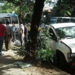 Un microbús de la ruta 6-A y un pick up colisionaron sobre la 15 calle Poniente y Avenida España, San Salvador. Foto vía Twitter William Alfaro