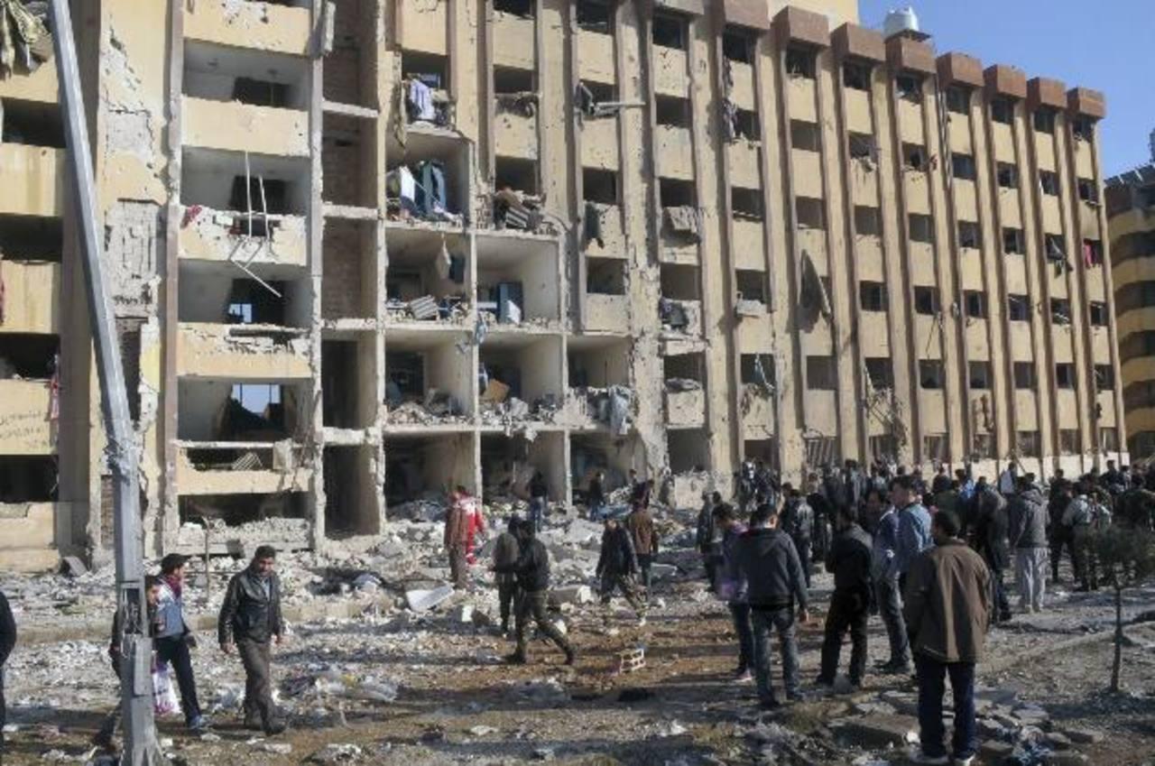 Imagen que muestra los efectos de una explosión cerca de una de las escuelas de Ingenieros de la Universidad de Alepo, en Siria. El estallido voló los muros de los dormitorios de los estudiantes. foto edh / reuters