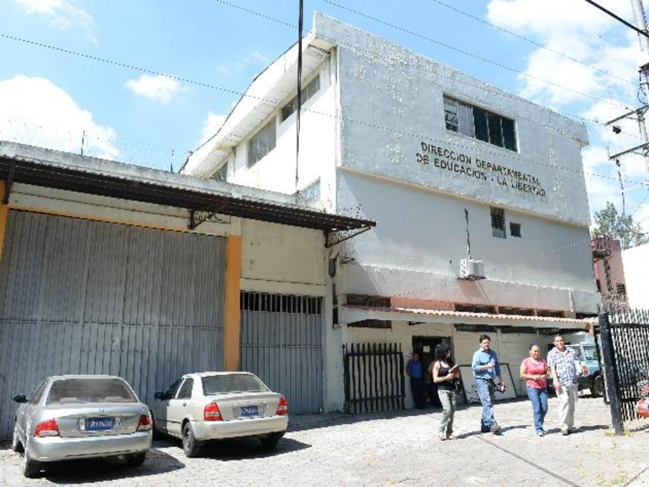 Educadores que aspiran a interinatos llegaron ayer a la Oficina de Educación en La Libertad. Foto EDH / cesar Avilés