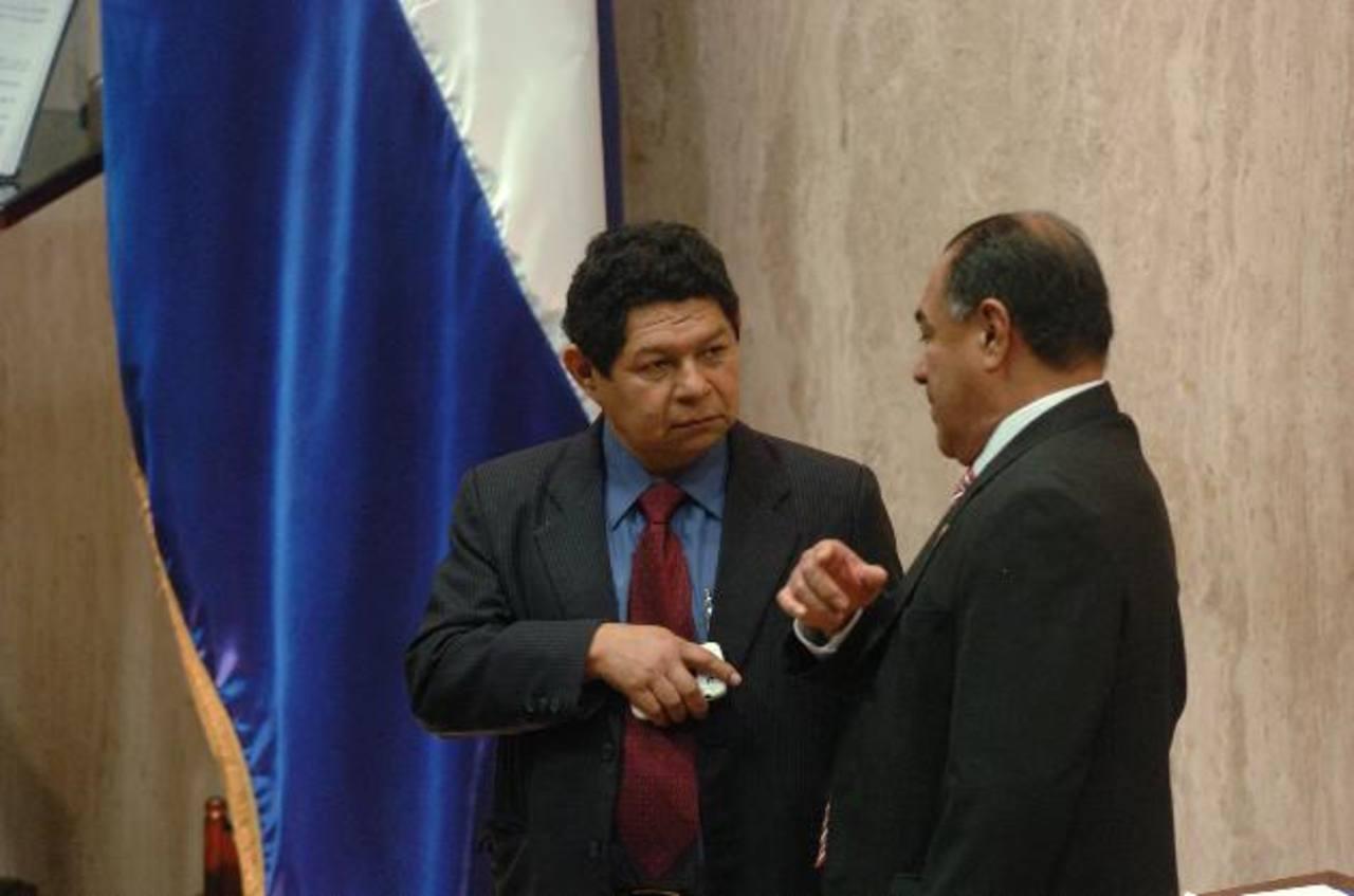 Benito Lara, del FMLN (izquierda), y Francisco Merino, de CN, platican. foto edh / jorge reyes
