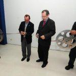 El rector de la UCA, padre Andreu Oliva, y el representante del BID, Rodrigo Parot, cortan la cinta. Foto EDH / mauricio cÁceres