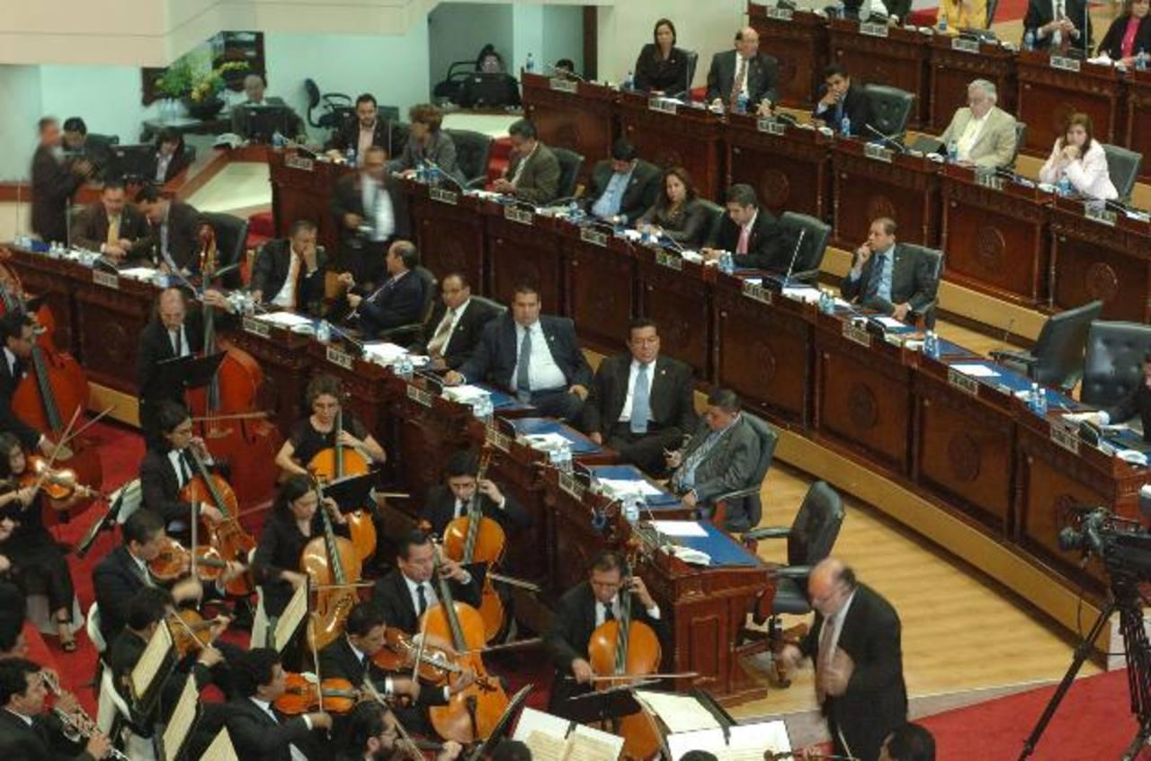 La Orquesta Sinfónica de El Salvador deleitó a los diputados del Congreso ayer en el Salón Azul. foto edh / jorge reyes