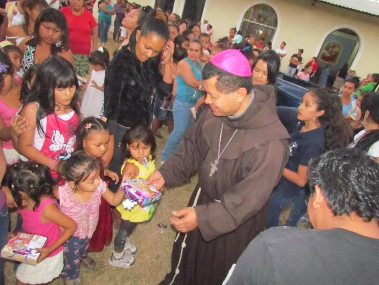 Un total de 1,061 juguetes fueron entregados a los niños de esta comunidad vicentina. Foto EDH / cortesía