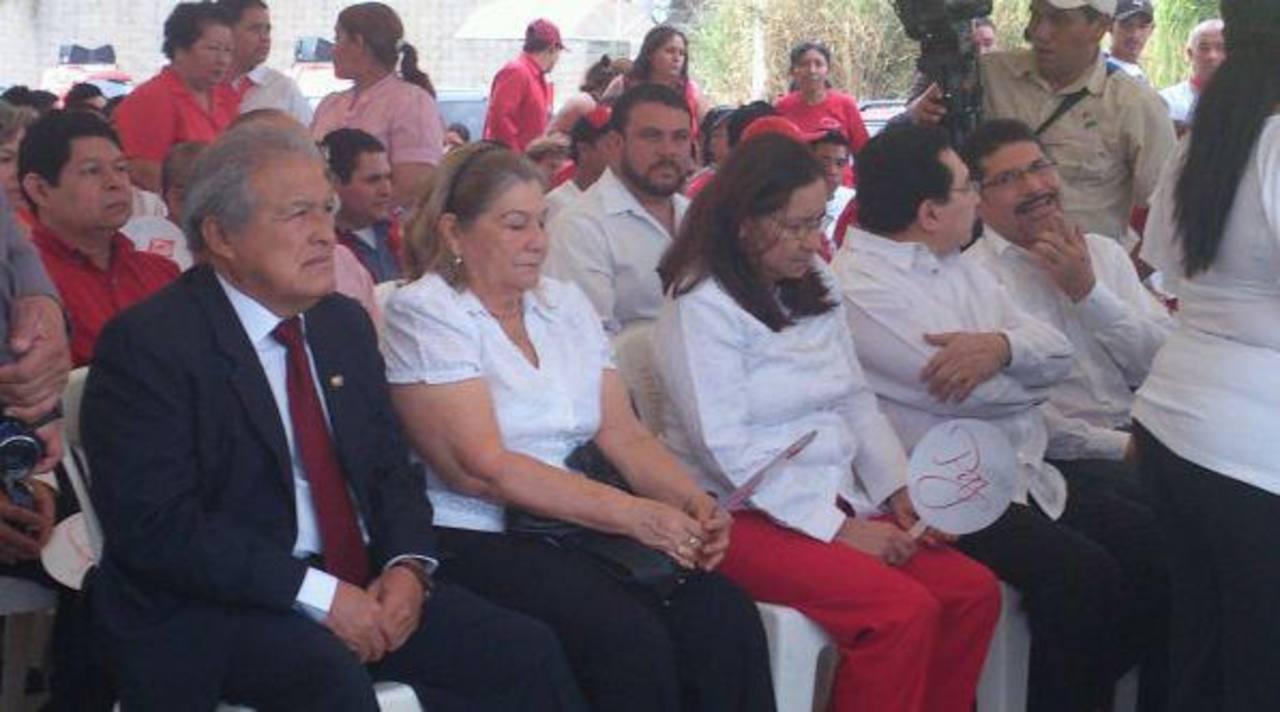 Sänchez Cerén y parte de la dirección del FMLN durante un acto conmemorativo en el monumento de Cristo de la Paz. Foto Edmee Velásquez