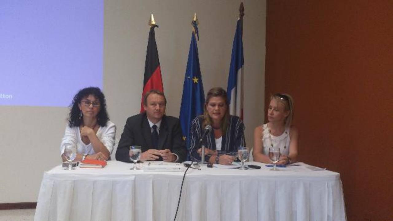 Representantes de ambas embajadas explican las actividades.