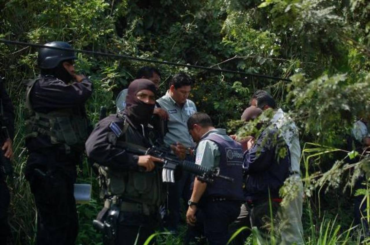 El vehículo que transportaba el dinero se accidentó en la autopista al Aeropuerto Internacional El Salvador. FOTO EDH
