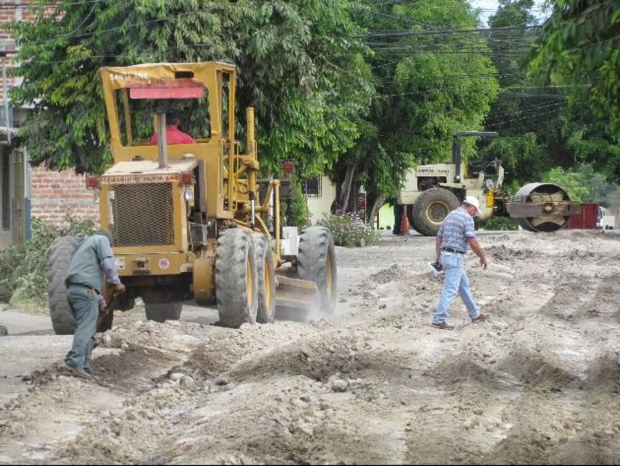 La arteria principal de la urbanización será pavimentada. Foto EDH / Mauricio Guevara