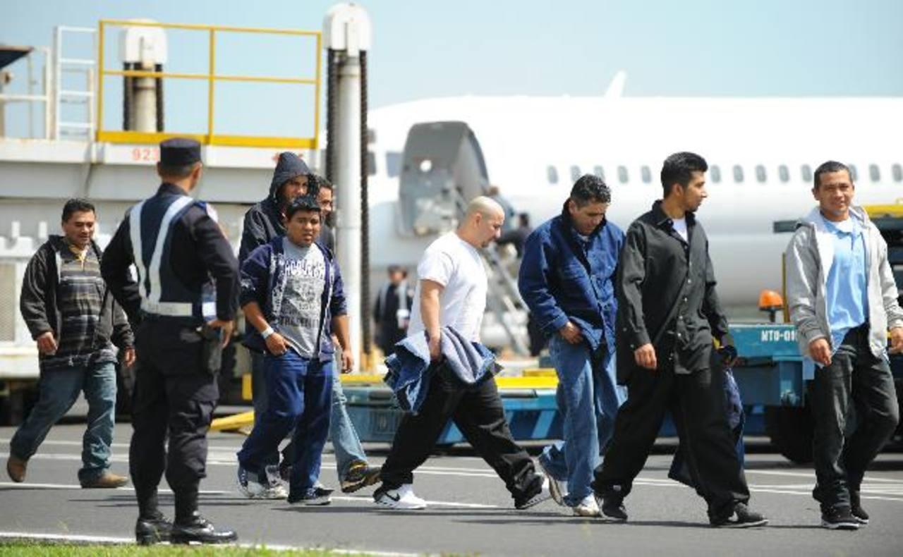 De los compatriotas deportados, al menos 1,800 llegaron con antecedentes criminales según las autoridades estadounidenses. Foto EDH / Archivo.