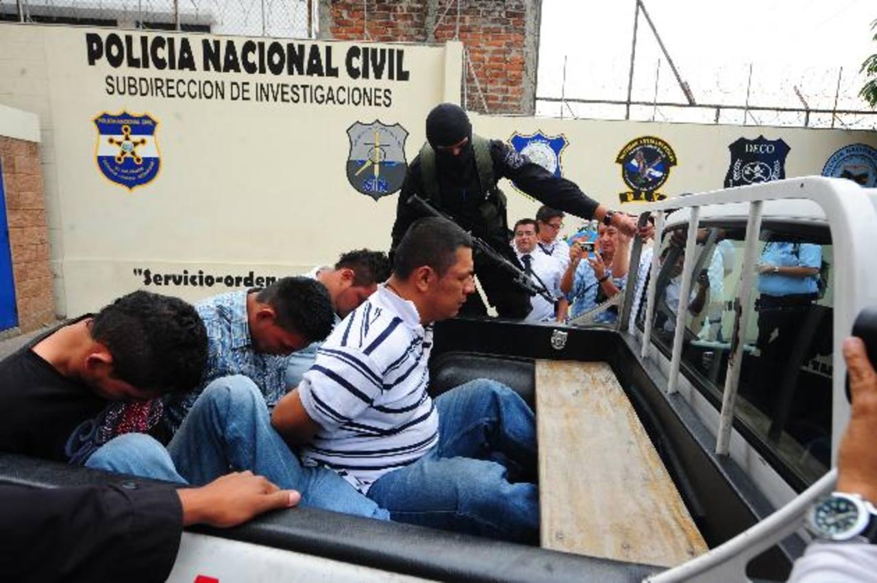 Cuatro hombres fueron capturados el martes luego de que investigaciones policiales los implican como supuestos responsables del secuestro de una joven en Ilobasco. Todos serán acusados por secuestro, aunque por hoy gozan del principio legal de inocen