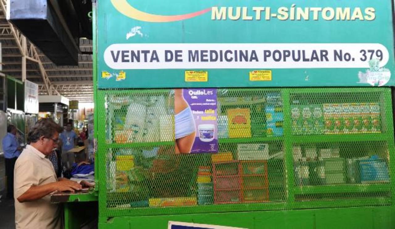 Un hombre permanece en un puesto de venta de medicinas en el Mercado Central. Foto EDH / Douglas Urquilla