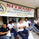 Miembros de Sitrasec exigen que se respete el fallo de la Sala de lo Constitucional. Foto EDH / Omar carbonero