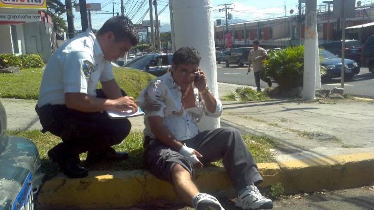 Henry Pérez fue atendido por socorristas y luego fue trasladado hacia el hospital del Seguro Social. Foto EDH / Óscar Iraheta