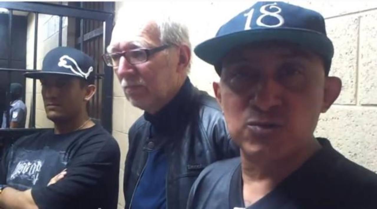 Borromeo Henríquez, alias El Diablito, de la mara Salvatrucha; el periodista Paolo Lüers y Carlos Ernesto Lechuga Mujica, alias Viejo Lin, de la mara 18, desvirtuaron el comunicado apócrifo. Foto EDH / Imagen tomada de video