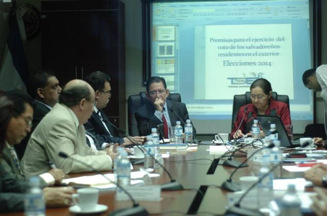 El magistrado presidente del TSE, Eugenio Chicas, llegó ayer a la Comisión de Reformas Electorales del Congreso a explicar a diputados el plan de voto en el exterior. foto edh / jorge reyes