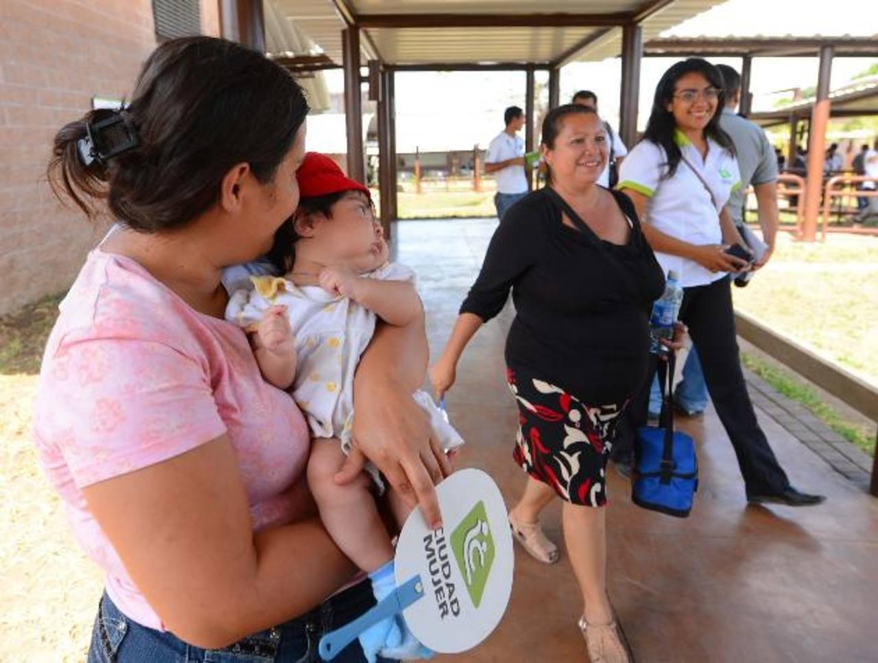 Varias mujeres hicieron ayer un recorrido por las instalaciones de Ciudad Mujer Santa Ana, donde recibirán orientación en diversas áreas y tendrán una sala de atención infantil. fotos edh / marlon hernández