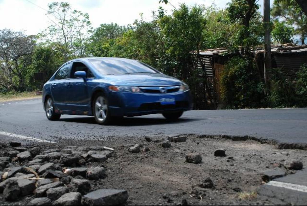 Alguno hoyos obligan a los conductores a invadir el carril contrario. Foto EDH / Iris Lima