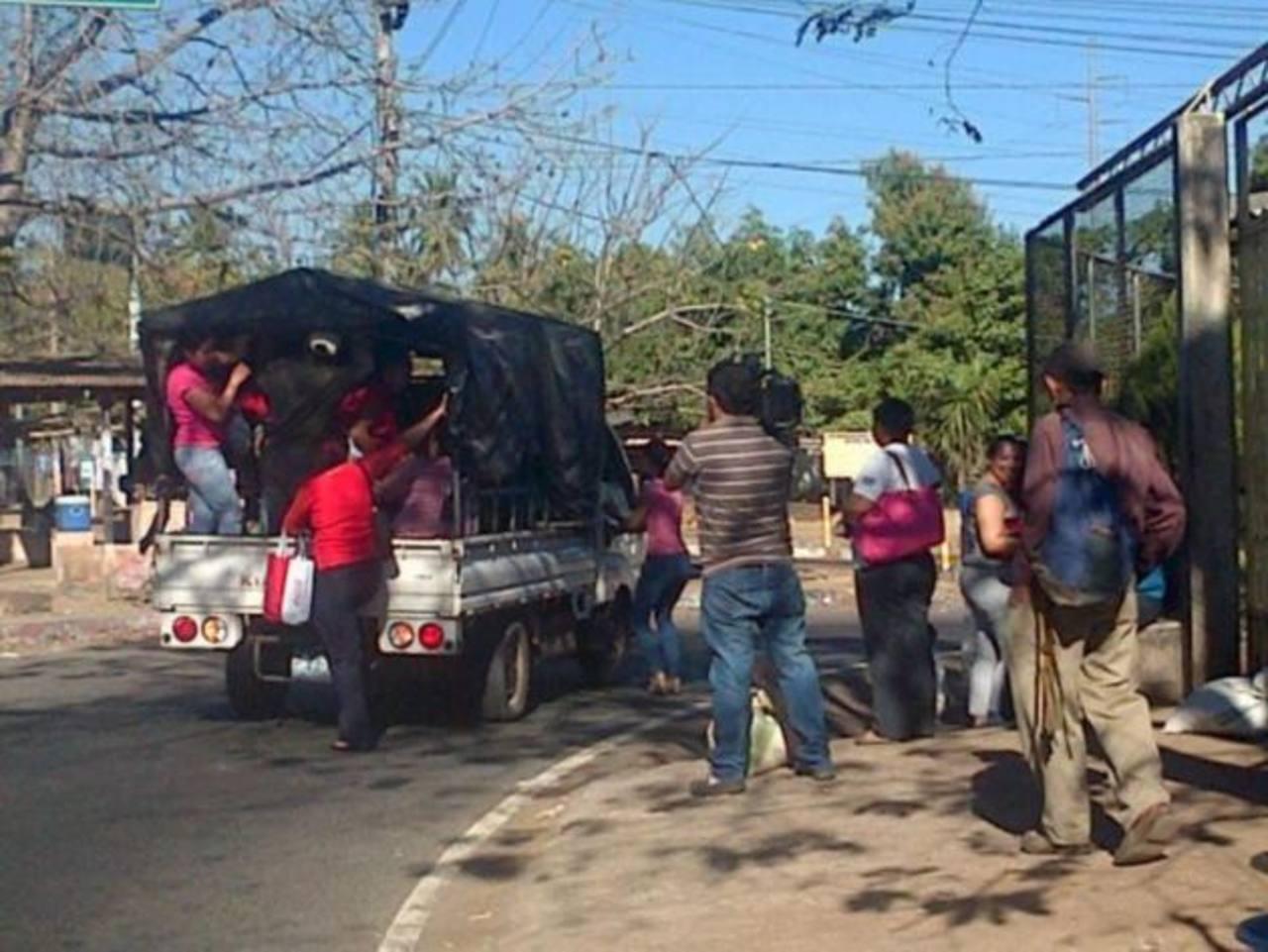 Los vecinos han tenido que recurrir al uso de camiones para trasladarse. FOTO EDH @KamContreras