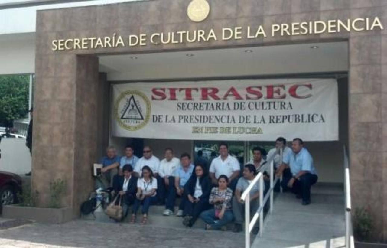 El sindicato protestó frente a la sede de la Secretaría. FOTO EDH
