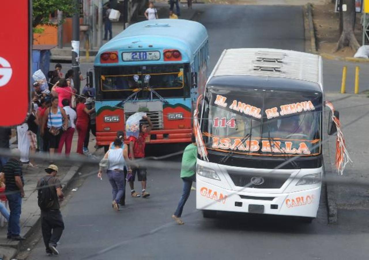 Aunque los buses sean nuevos, los pasajeros también suben a media calle y viajan apretujados en las horas pico.