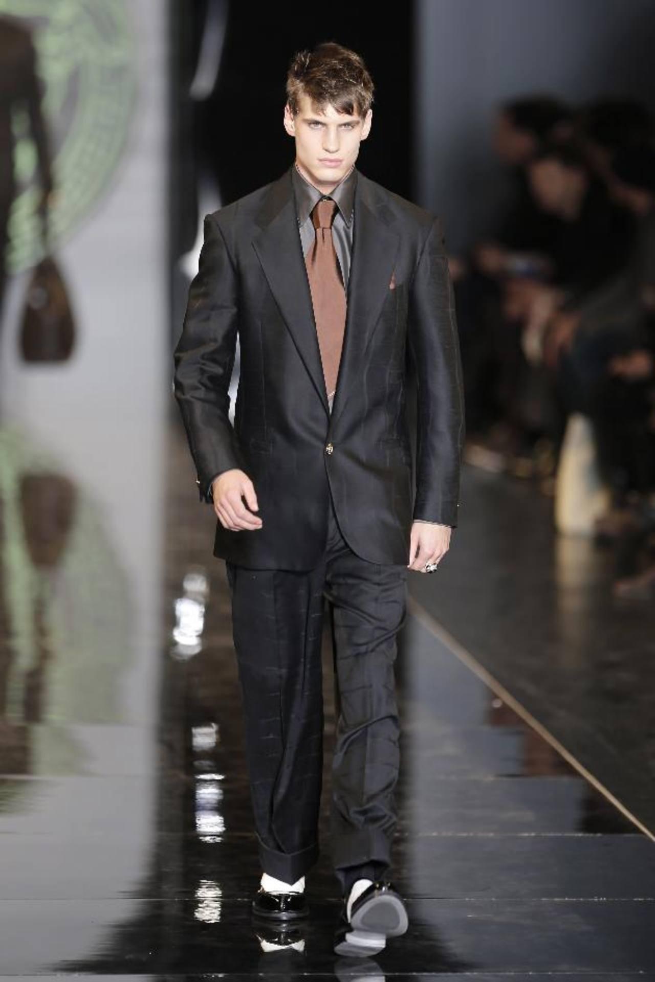 Para un hombre de corte clásico y un toque de color es Versace. FOTOs EDH / agencias