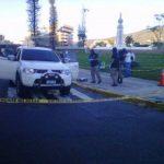 Autoridades inspeccionan el vehículo en el que se conducían los tres hombres. Foto @Gacela10