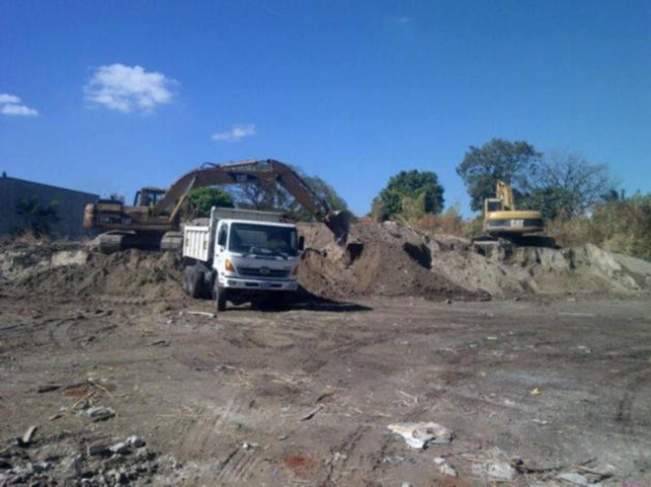 Los trabajadores del MOP preparan el terro donde se construirá la terminal del Sitramss. FOTO EDH